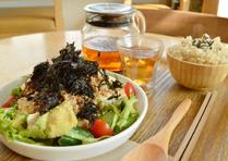 豆腐・納豆・アヴォカドの和風サラダ +ベーグル/ごはん+五行茶