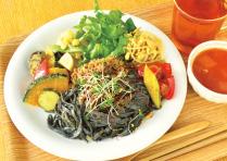 黒ごま香るライスヌードルとデトックス野菜のデリプレート_1806