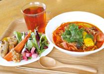 薬膳スパイス香る赤いトマト麺と根菜のデリプレート_1812